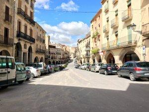 Imatge general de la plaça porxada de les Borges