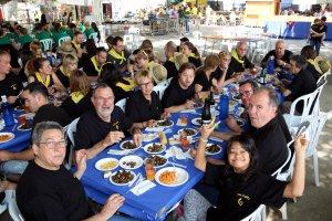 Imatge picada d'una taula de la penya 'La Bóta' menjant caragols aquest diumenge per dinar a l'Aplec del Caragol de Lleida