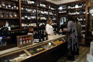 Interior de la botiga de degustació Ca l'Adroguer Nou de Solsona