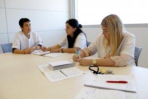 La psiquiatra del SEMSDI Imma Buj, reunida amb la treballadora social Laura Badia i la infermera Alexandra Lavilla