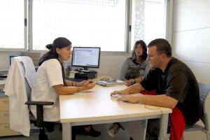 La treballadora social Laura Badia atén un usuari, acompanyat de la seva mare, al SEMSDI de Lleida