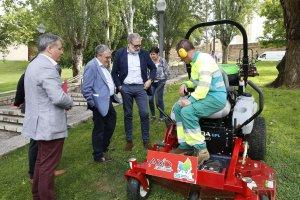L'alcalde de Lleida observant una màquina de jardineria a Lleida