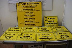 Les noves plaques de Torrelameu, preparades per ser penjades.