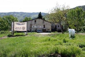 Pla general de l'exterior de la formatgeria Mas d'Eroles, ubicada al nucli d'Adrall, que pertany al municipi de Ribera d'Urgellet