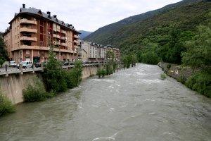 Pla general del riu Noguera Pallaresa al seu pas pel centre de Sort