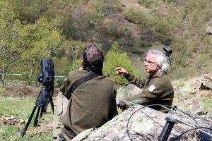 Pla general d'un tècnic i un guarda de la Reserva Nacional de Caça de l'Alt Pallars vigilant la presència d'herc