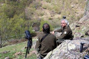 Pla general d'un tècnic i un guarda de la Reserva Nacional de Caça de l'Alt Pirineu vigilant la presència d'herc