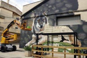 Pla obert on es pot veure un mural a mig fer en una paret de Penelles en el marc de la tercera edició del Gar Gar Festival