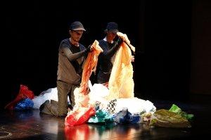 Pla sencer sobre l'escenari dels protagonistes de l'obra 'Plástico' de la companyia canadenca Puzzle Thréâtre