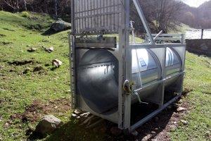 Primer pla de la gàbia de ferro de forma de cub cilíndric, d'uns 3 metres de longitud que s'ha col·locat al Pallars Sobirà