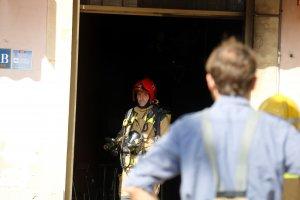 Un bomber treballant en les tasques d'extinció d'un foc en un bar de Verdú.