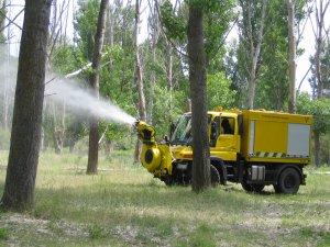 Un vehicle aplicant el tractament que s'efectua sobre el borrissol per evitar-ne la dispersió