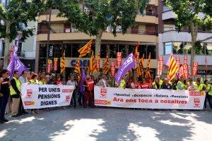 Una cinquantena de delegats de la UGT i CCOO protestant davant la seu de la COELL, a la rambla Ferran de Lleida