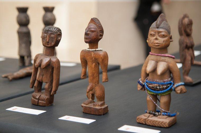 Algunes de les estatuetes de l'exposició 'Una mica d'Àfrica a través de l'art', de Juan José Martín