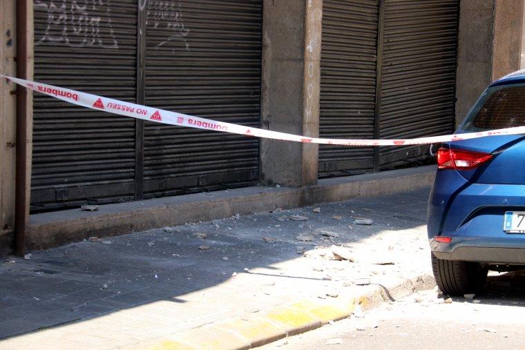 Detall d'alguns fragments de la cornisa que s'han precipitat al carrer des d'un habitatge del carrer Girona de Lleida
