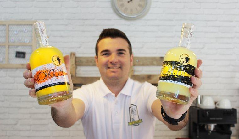 Imatge del creador amb els dos licors premiats