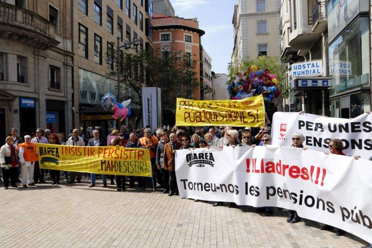 Imatge general frontal dels pensionistes concentrats a l'entrada de la plaça Sant Joan de Lleida
