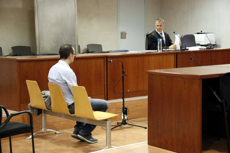 L'exdirector de banca de Lleida acusat d'apropiació indeguda, amb el seu advocat al fons, al judici a l'Audiència de Lleida
