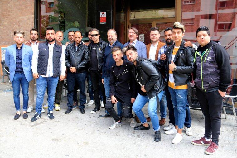 Membres de la plataforma 8 d'abril, amb regidors dels grups d'ERC, Cs, Crida per Lleida-CUP, al barri de la Mariola de Lleida