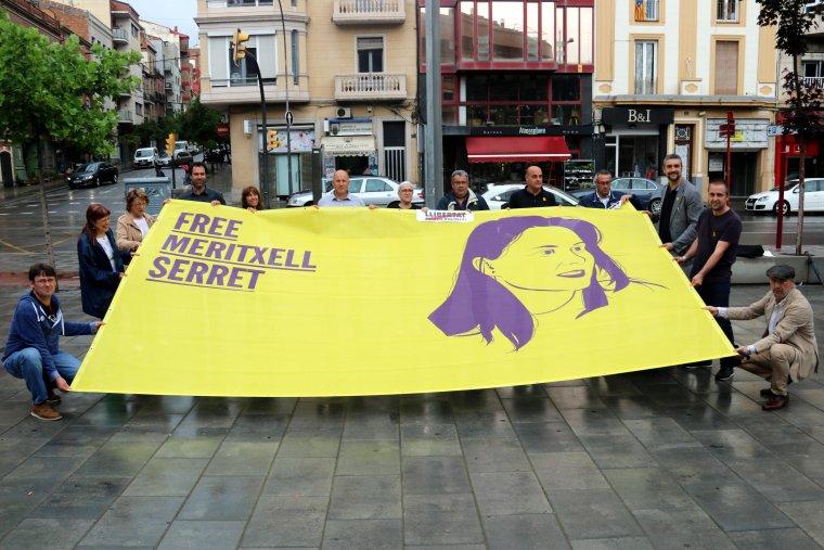 Membres de l'organització desplegant una gran pancarta del concert #FreeSerret, a la plaça Pau Casals de Lleida