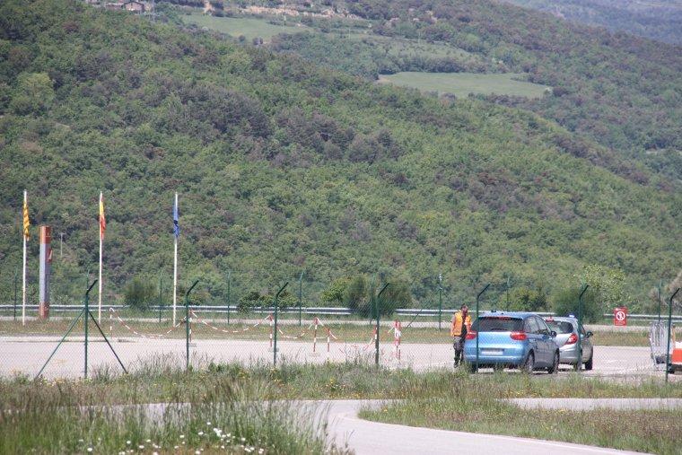 Pla de detall de dos cotxes policials marxant de l'aeroport de la Seu, on aquest dimecres es va produir un accident d'ultralleuger