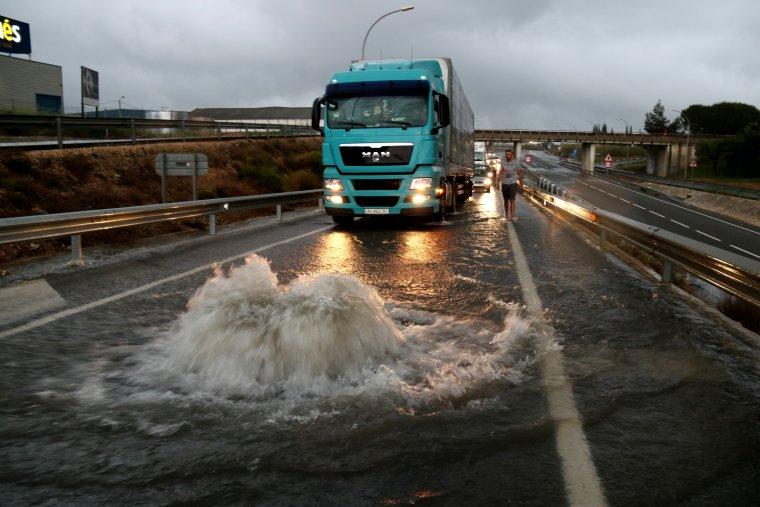 Pla general d'un tràiler aturat a Valls davant d'una claveguera desbordada en ple aiguat