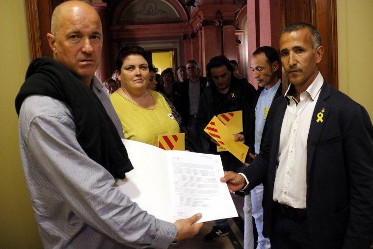 Pla mig on es poden veure els alcaldes d'ERC a la subdelegació del govern espanyol a Lleida
