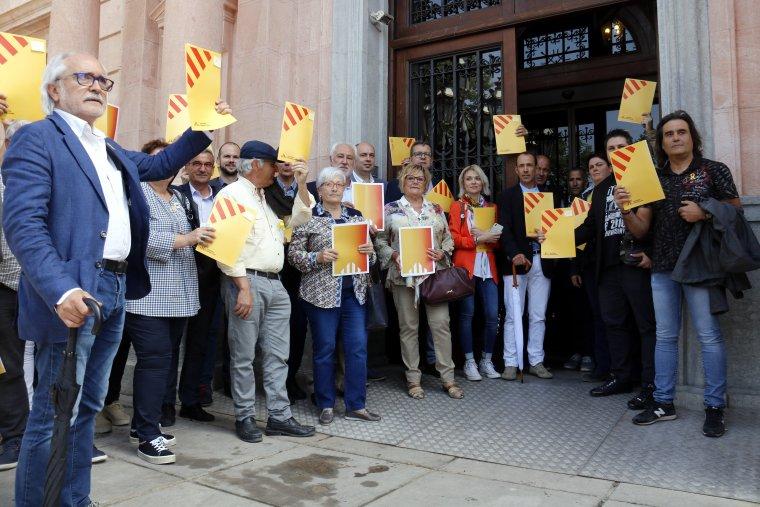 Pla obert on es poden veure els alcaldes d'ERC agrupats a les portes de la subdelegació del govern espanyol a Lleida per registrar cartes