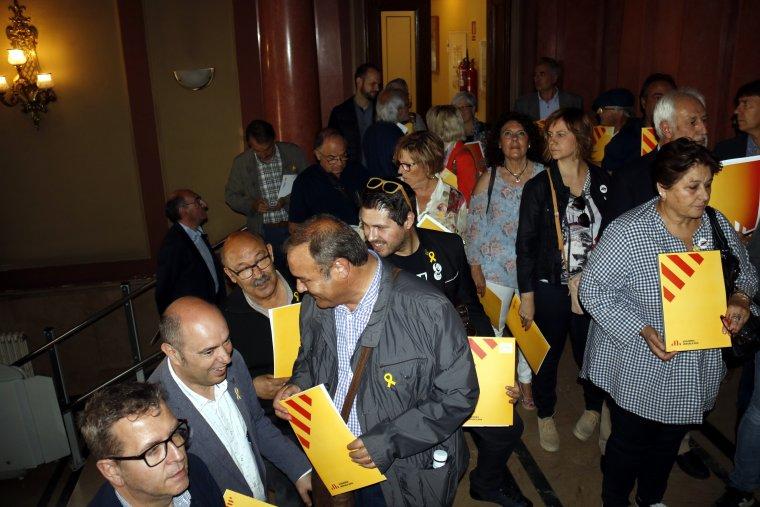 Pla obert on es poden veure els alcaldes d'ERC fent cua a la subdelegació del govern espanyol a Lleida