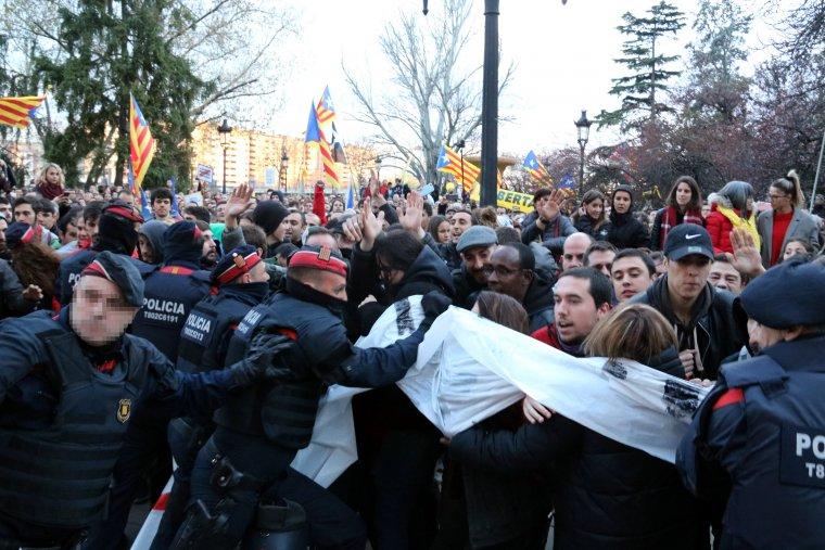 Tensió a les portes de la subdelegació del govern a Lleida entre manifestants i Mossos d'Esquadra