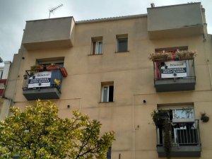 Alguns balcons de Lleida mostren pancartes per denunciar la situació dels temporers que dormen al carrer a la ciutat