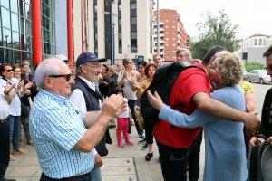 Burrell ha rebut l'escalf d'una vuitantena de persones que l'esperaven a la porta de la comissaria dels Mossos.