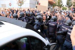 Ciutadans barrant el pas a la policia espanyola que s'havia endut una urna del CAP de Cappont de Lleida