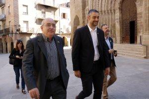 El conseller d'Ensenyament amb l'alcalde d'Agramunt