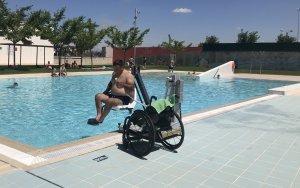 Imatge de la cadira adaptada que s'ha instal·lat a les piscines d'Alcarràs.
