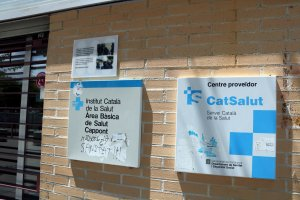 Imatge de la façana del CAP de Cappont amb a placa que recorda les càrregues policials del passat 1-O.