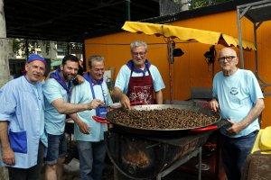 Imatge de membres de la colla 'Els Brutescos' amb la cassola plena de caragols, a l'Aplec del Caragol de Lleida