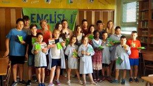 Imatge d'un grup d'alumnes del col·legi Maria Immaculada de Tremp amb el seu embolcall d'entrepans ecològic