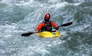 Imatge d'un piragüista baixant pel riu Noguera Pallaresa