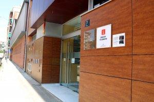 Imatge general de la façana dels Serveis Territorials d'Ensenyament a Lleida amb a placa que recorda les càrregues de l'1-O.