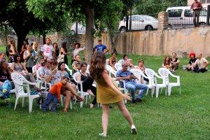 La ballarina Aina Gargallo interpretant una peça durant la presentació del Festival