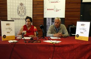 La regidora de Cultura de l'Ajuntament de Solsona, Sara Alarcón, i el president de l'Orfeó Nova Solsona, Ignasi Farràs