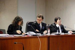 L'advocat acusat, al centre, durant el judici a l'Audiència de Lleida