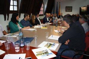 Pla general de la reunió mantinguda entre el president de la Diputació de Lleida, Joan Reñé, i els alcaldes i alcaldesses de l'Alt Urgell al Consell Comarcal