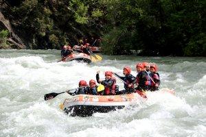 Primer pla d'una barca de ràfting baixant pel riu Noguera Pallaresa