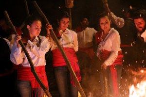 Tres noies de la Pobla de Segur encenent la falla
