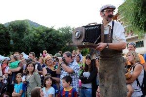 Un actor en un moment d'un espectacle als carrers d'Esterri d'Àneu dins el festival Esbaiola't
