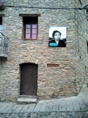 Una altra façana amb la imatge d'una veïna