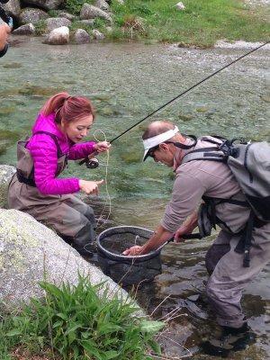 Una periodista xinesa pescant al Pirineu lleidatà