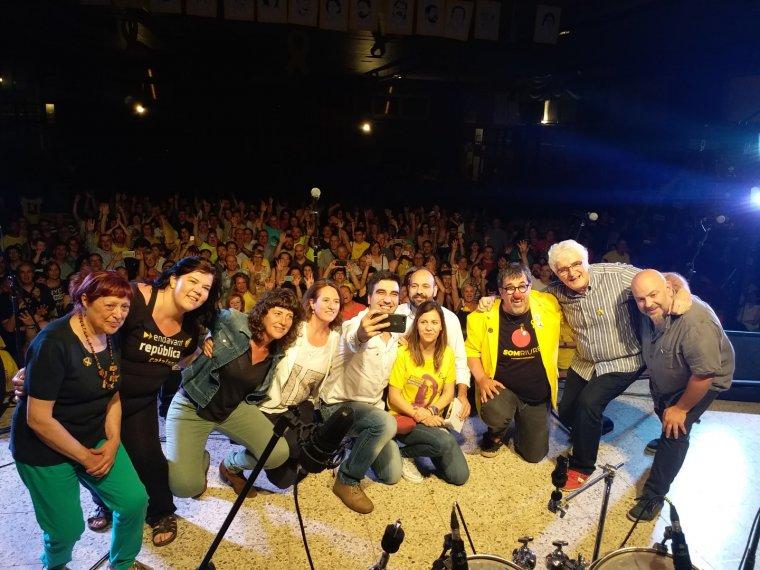Els reponsables de l'ANC, Òmnium Cultural i la consellera d'Agricultura, Teresa Jordà, entre altres, durant el concert #FreeSerret